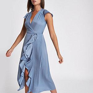 Blauwe midi-jurk met ruches en overslag voor