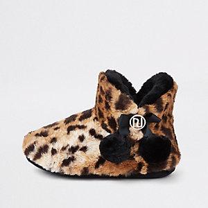 Chaussons léopard marron duveteux à pompons