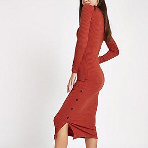Roestbruine geribbelde midi-jurk met knoopsluiting opzij