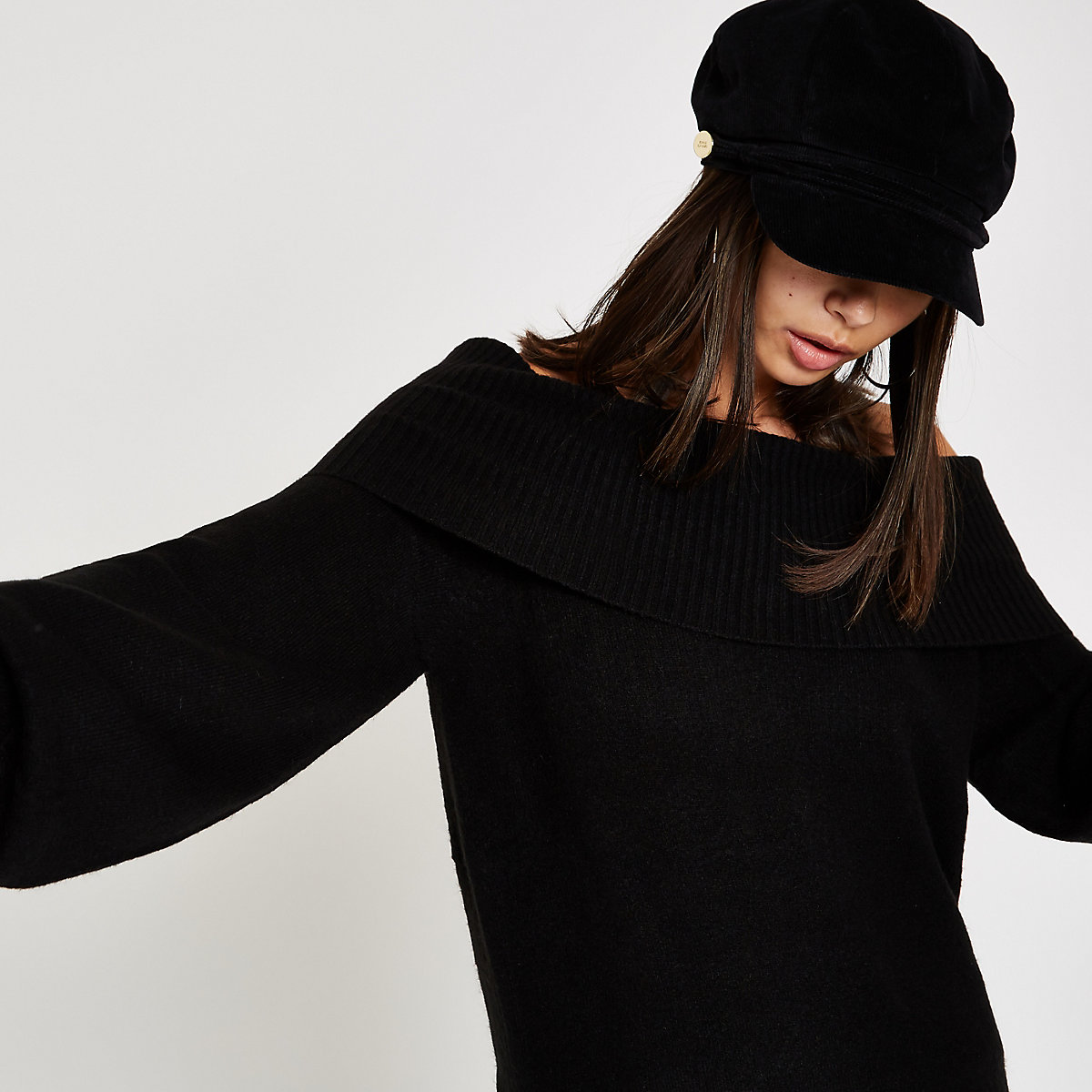 Zwarte gebreide pullover met bardothalslijn