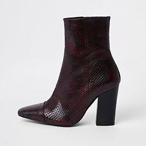 Bordeauxrode laarzen met slangenprint in reliëf en blokhak