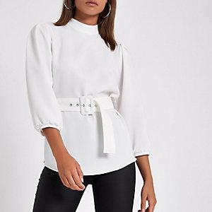 Witte ruimvallende top met zoom en riem