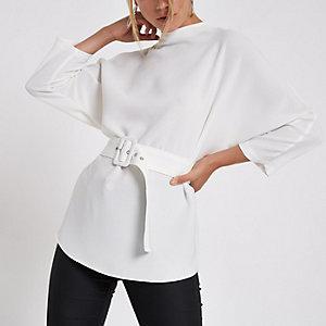 Witte ruimvallende top met riem