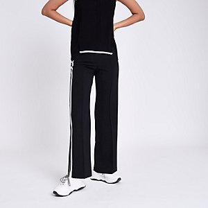 Zwarte broek met rehte pijpen en streep opzij