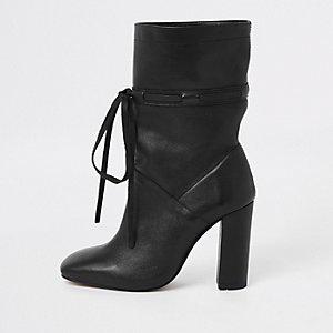 Zwart leren ruimvallende laarzen met strik en blokhak