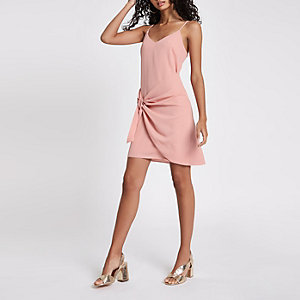 Robe rose clair nouée sur le devant