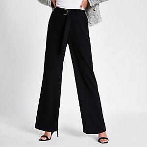 Zwarte smalle broek met wijde pijpen en riem