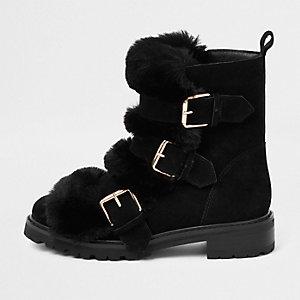 Schwarze, grobe Stiefel mit Kunstfell und Schnalle
