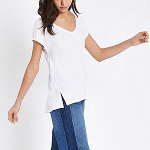 T-shirt blanc à encolure dégagée et manches à strass
