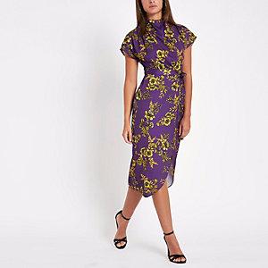 Robe mi-longue à fleurs violette nouée à la taille