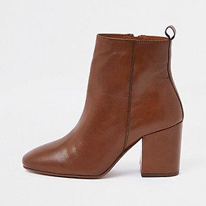 Bottes en cuir marron clair à bout carré coupe large
