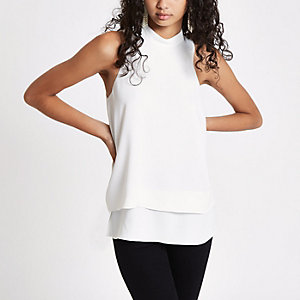 Witte blousemet halternek en dubbele laag