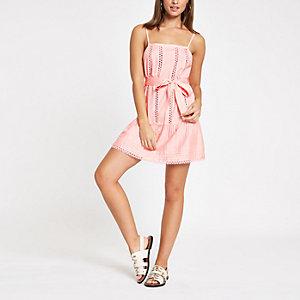 Pinkes Strandkleid mit Spitzenbesatz