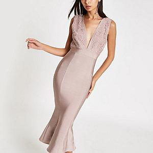 Forever Unique – Robe mi-longue moulante péplum rose