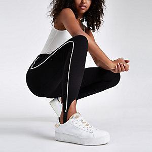 Zwarte legging met streep opzij en bandje onder de voet