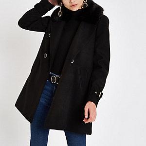 Schwarzer, zweireihiger Mantel mit Kunstfellkragen