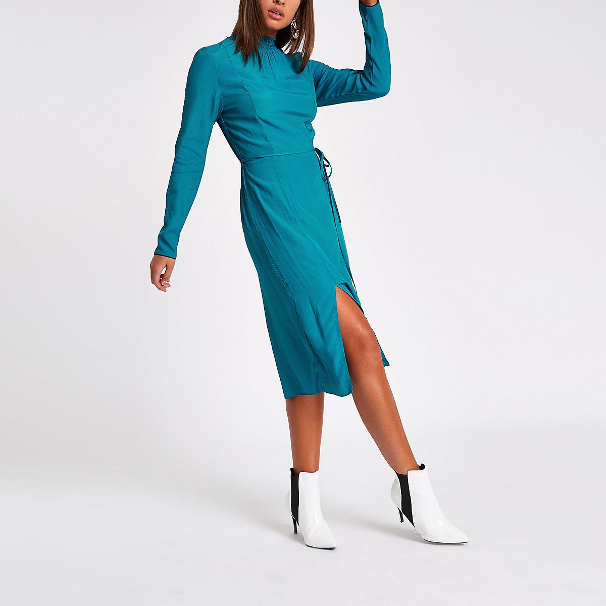 Robe mi-longue bleu foncé fendue à encolure haute froncée