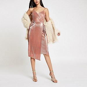 Robe mi-longue plissée rose métallisé nouée sur le devant