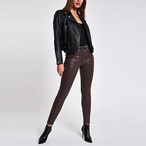 Molly – Beschichtete Jeans mit mittelhohem Bund in Bordeaux
