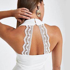 Witte top met V-hals, peplum zoom en kant op de rug