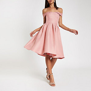 Chi Chi London – Robe de gala rose à encolure Bardot