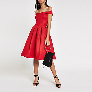Chi Chi London – Robe de gala rouge à encolure Bardot