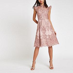 Chi Chi London - Roze kanten wijduitlopende jurk
