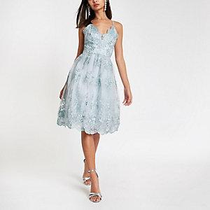 Chi Chi London – Robe de gala en dentelle à fleurs bleue