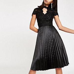 Chi Chi London - Zwarte kanten wijduitlopende jurk