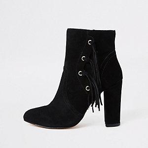 Zwarte suède laarzen met kwastjes opzij en blokhak