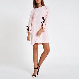 Roze jurk met ballonmouwen met strik