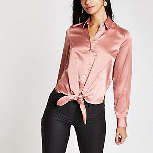 Chemise en satin rose nouée devant