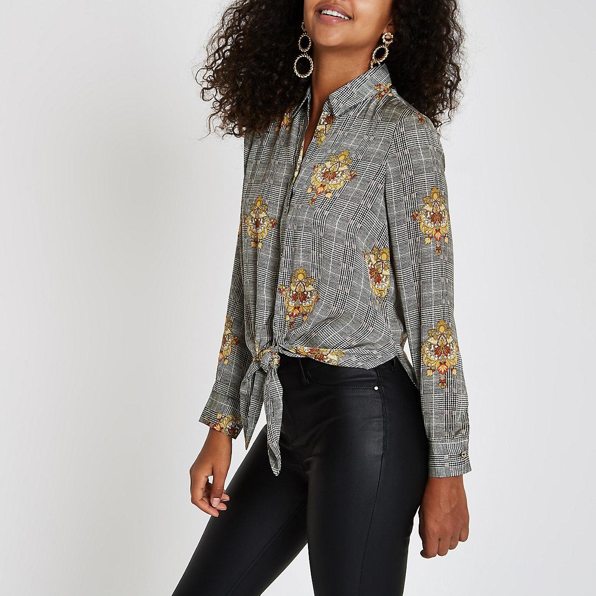 Chemise à carreaux noire à manches longues nouée sur le devant