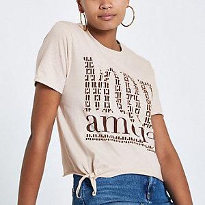 Beiges, kurzes T-Shirt zum Binden