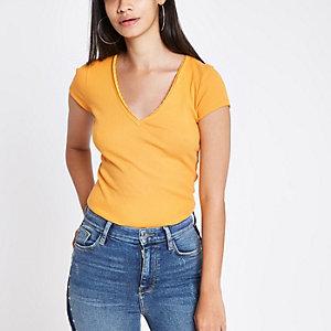 T-shirt ajusté côtelé jaune à col en V