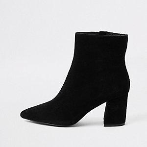 Zwarte suède laarzen met puntige neus en blokhak
