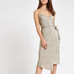 RI Petite - Goudkleurige plissé midi-jurk met overslag