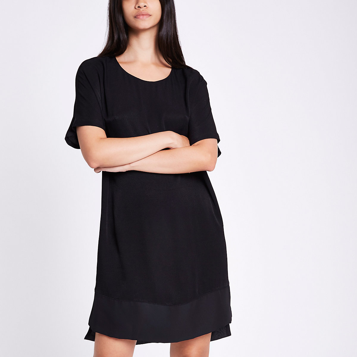 Robe noire à manches courtes et ourlet transparent