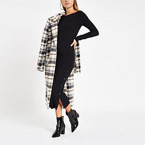 Zwarte geribbelde midi-jurk met knoopsluiting opzij
