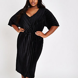 RI Plus - Zwarte fluwelen plissé jurk met kimonomouwen