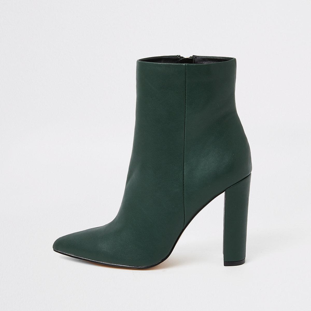 Donkergroene laarzen met puntige neus en blokhak