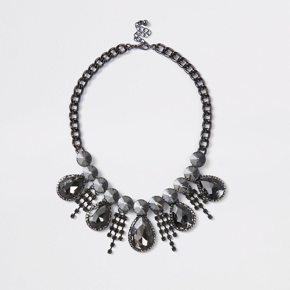 Zwarte ketting met druppelvormig diamantje