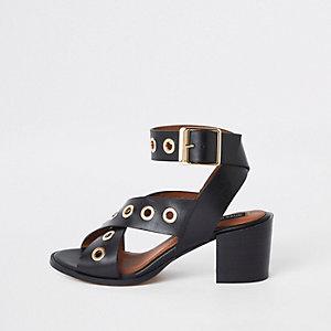 Sandales en cuir noires à talon carré avec œillets
