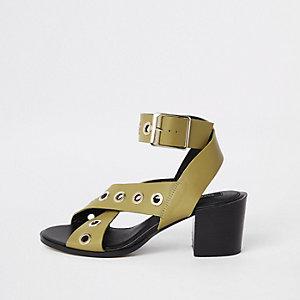 Sandales en cuir vert clair à œillets