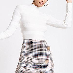 Weißer, hochgeschlossener, gerippter Pullover