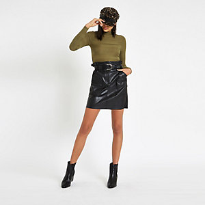 Grüner, hochgeschlossener, gerippter Pullover