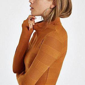 Rostroter, hochgeschlossener, gerippter Pullover