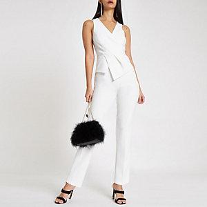 Witte jumpsuit met overslag voor en smaltoelopende pijpen