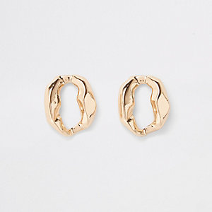 Gold tone wavy circle stud earrings