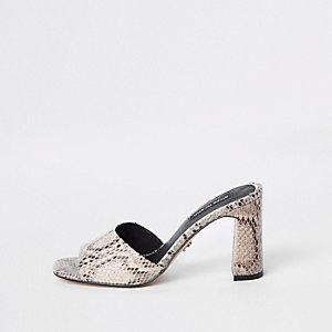Sandales mules à talon imprimé serpent beiges